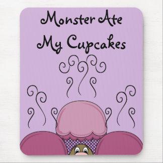 Monstruo lindo con rosa y las magdalenas heladas p alfombrilla de ratón