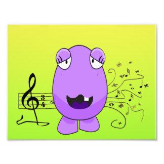 Monstruo púrpura chistoso que canta de llave fotografía