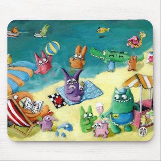 Monstruos en la playa tapete de ratón