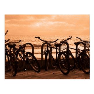 Monta en bicicleta la postal