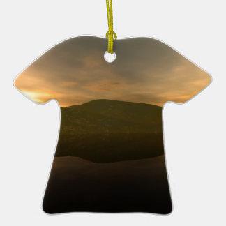 Montaña alejada adorno de cerámica en forma de camiseta