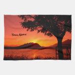 Montaña anaranjada tranquila hermosa del lago suns toallas de cocina