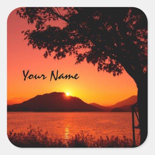 Montaña anaranjada tranquila hermosa del lago suns calcomanías cuadradas