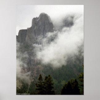 Montaña brumosa posters