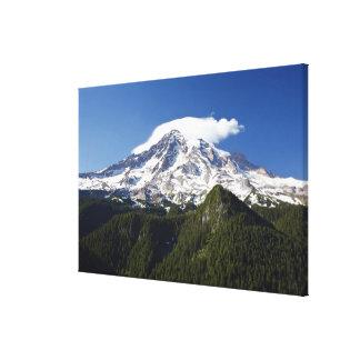 Montaña capsulada nieve con el cielo azul y el bos impresion de lienzo