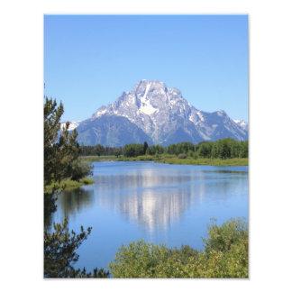 Montaña capsulada nieve que refleja en el lago impresion fotografica