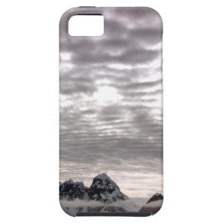Montaña con cruiseship en el poste iPhone 5 Case-Mate protectores