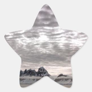 Montaña con cruiseship en el poste calcomanía forma de estrella personalizada