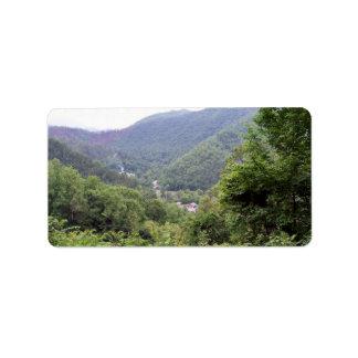 Montaña con los árboles imperecederos etiquetas de dirección