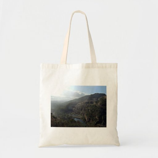 Montaña contra el cielo azul bolsa de mano