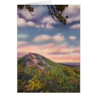 Montaña de Bill del halcón en la puesta del sol Tarjeta De Felicitación