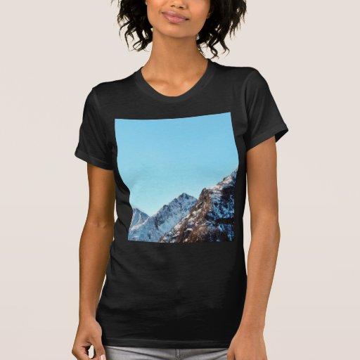 Montaña de la montaña en invierno con la porción camisetas