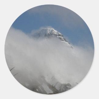 Montaña de la pirámide cubierta con las nubes pegatina redonda