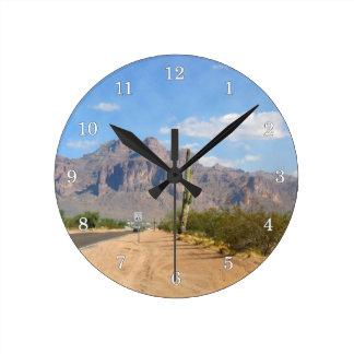 Montaña de la superstición - panorámica reloj redondo mediano