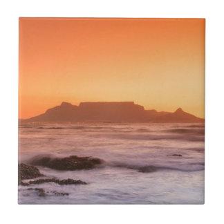 Montaña de la tabla en la puesta del sol, azulejo cuadrado pequeño