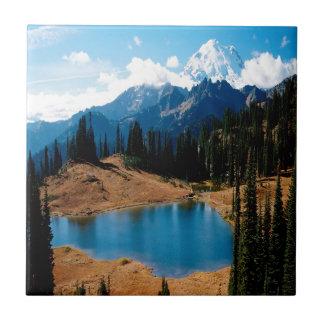 Montaña de las naturalezas de la orilla del lago d azulejo cerámica