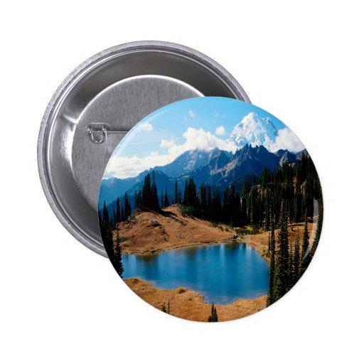 Montaña de las naturalezas de la orilla del lago d pins
