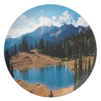 Montaña de las naturalezas de la orilla del lago d platos para fiestas