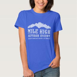 Montaña de libros - la camiseta de las mujeres de camisas