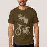 Montaña de MTB Biking la silueta a solas, diseño Playera