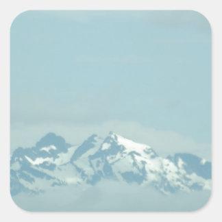 Montaña de niebla calcomanías cuadradass personalizadas
