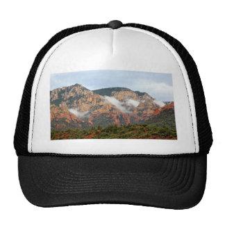 Montaña de Sedona con las nubes Gorras De Camionero