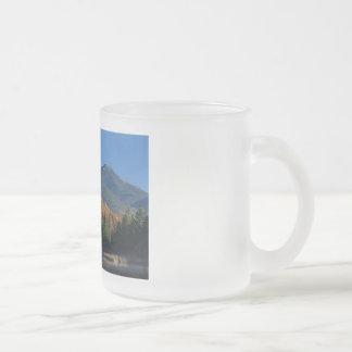 Montaña de Whiteface sobre poca charca de Cherrypa Taza De Café