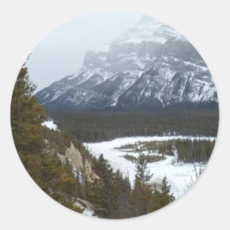 Montaña en la distancia en el parque nacional de etiquetas redondas
