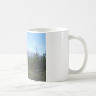 Montaña en las maderas taza clásica