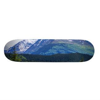 Montaña escénica del camino apartado de Alaska Tablas De Skate