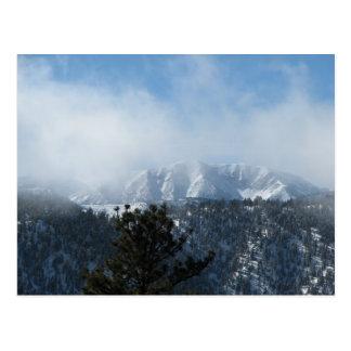 Montaña nevada tarjeta postal