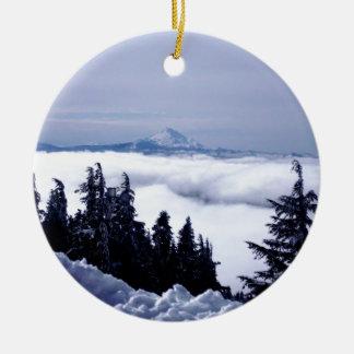 Montaña nublada adorno navideño redondo de cerámica