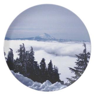 Montaña nublada plato para fiesta