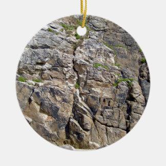 Montaña rocosa con textura de la hierba adorno redondo de cerámica