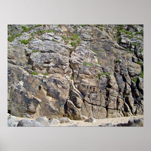 Montaña rocosa con textura de la hierba posters