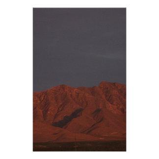 Montaña roja en el crepúsculo papelería
