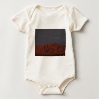 Montaña roja en el crepúsculo trajes de bebé