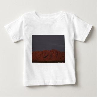 Montaña roja en el crepúsculo camisetas