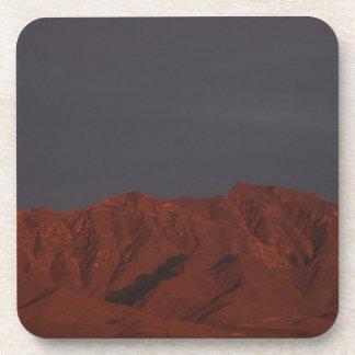 Montaña roja en el crepúsculo posavaso