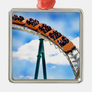 Montaña rusa anaranjada que apresura adorno cuadrado plateado