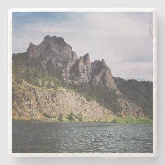 Montana - un río corre a través de él posavasos de piedra