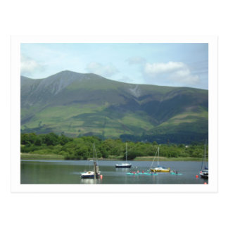 Montaña y barcos del distrito del lago tarjetas postales