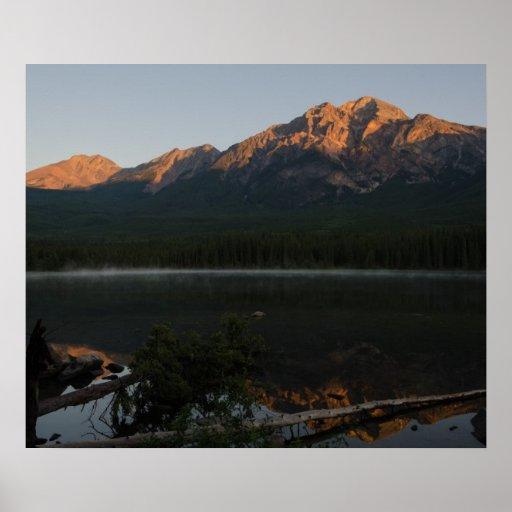 Montaña y lago de la pirámide en el amanecer Alber Posters