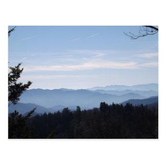 Montañas ahumadas de la neblina azul tarjetas postales
