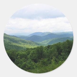 Montañas ahumadas pegatina redonda