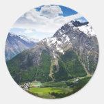 Montañas alrededor de la tarifa de Saas Pegatina Redonda