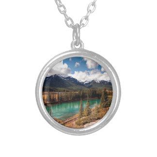 Montañas azules de la laguna del río de la natural grimpolas