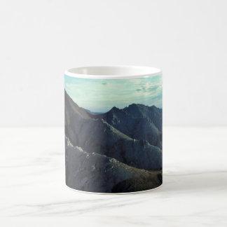 Montañas blancas tazas de café