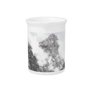 Montañas blancos y negros del invierno jarras