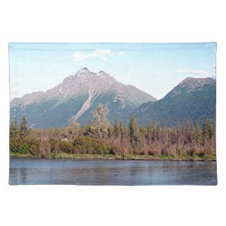 Montañas, bosque y río de Alaska, Alaska, los Manteles